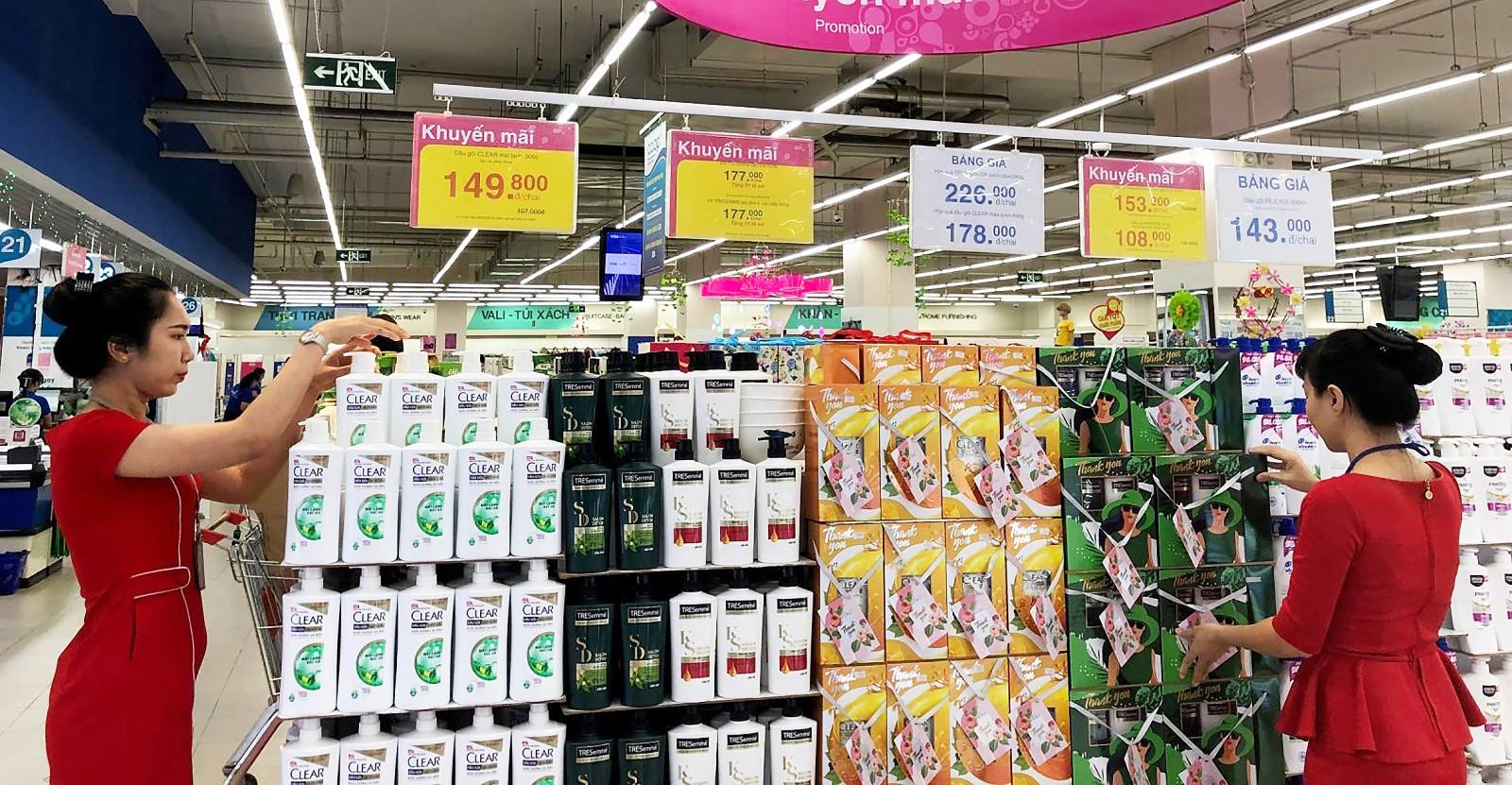 Tại các siêu thị, quà cho ngày 20-10 đã được bày bán rất nhiều.