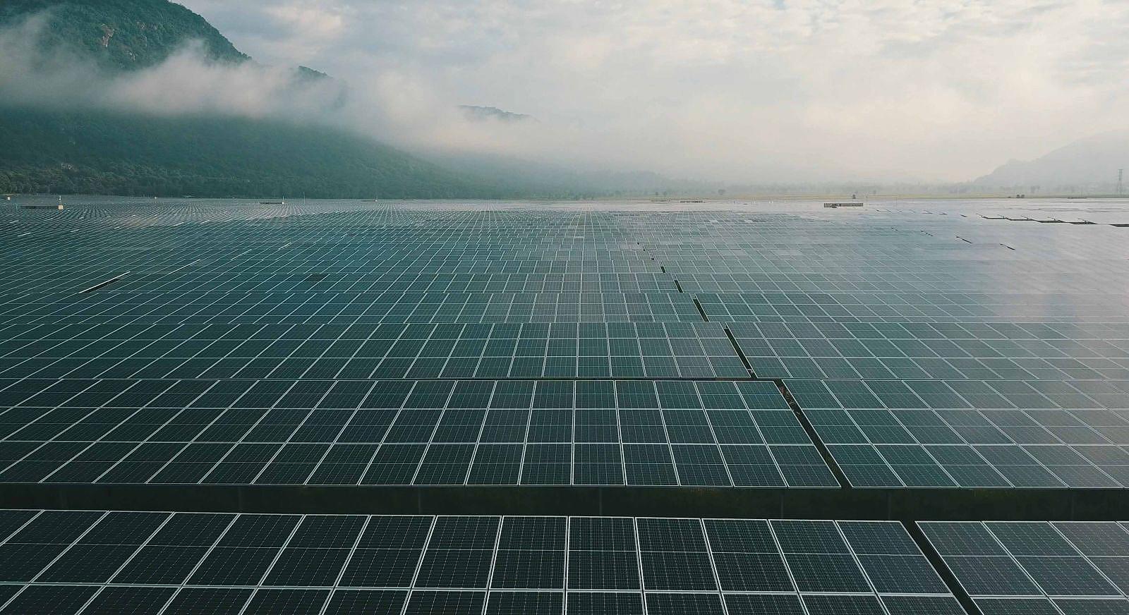 Nhà máy điện năng lượng mặt trời Sao Mai dưới chân núi Cấm.