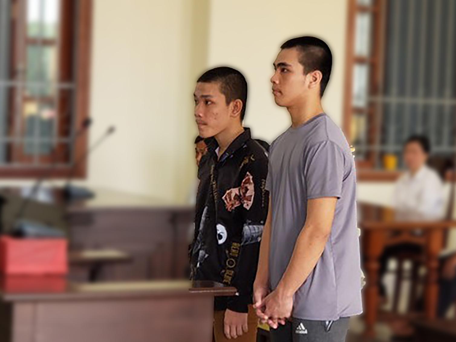2 bị cáo Võ Pháp Tánh (17 tuổi, bìa phải) bị Tòa án nhân dân TP Cần Thơ tuyên 12 năm tù và Nguyễn Hữu Lộc (16 tuổi) 8 năm tù vào cuối tháng 7-2019. Chỉ vì mâu thuẫn lời nói khi rủ nhau đi uống cà phê, các bị cáo dùng dao đâm chết bạn.