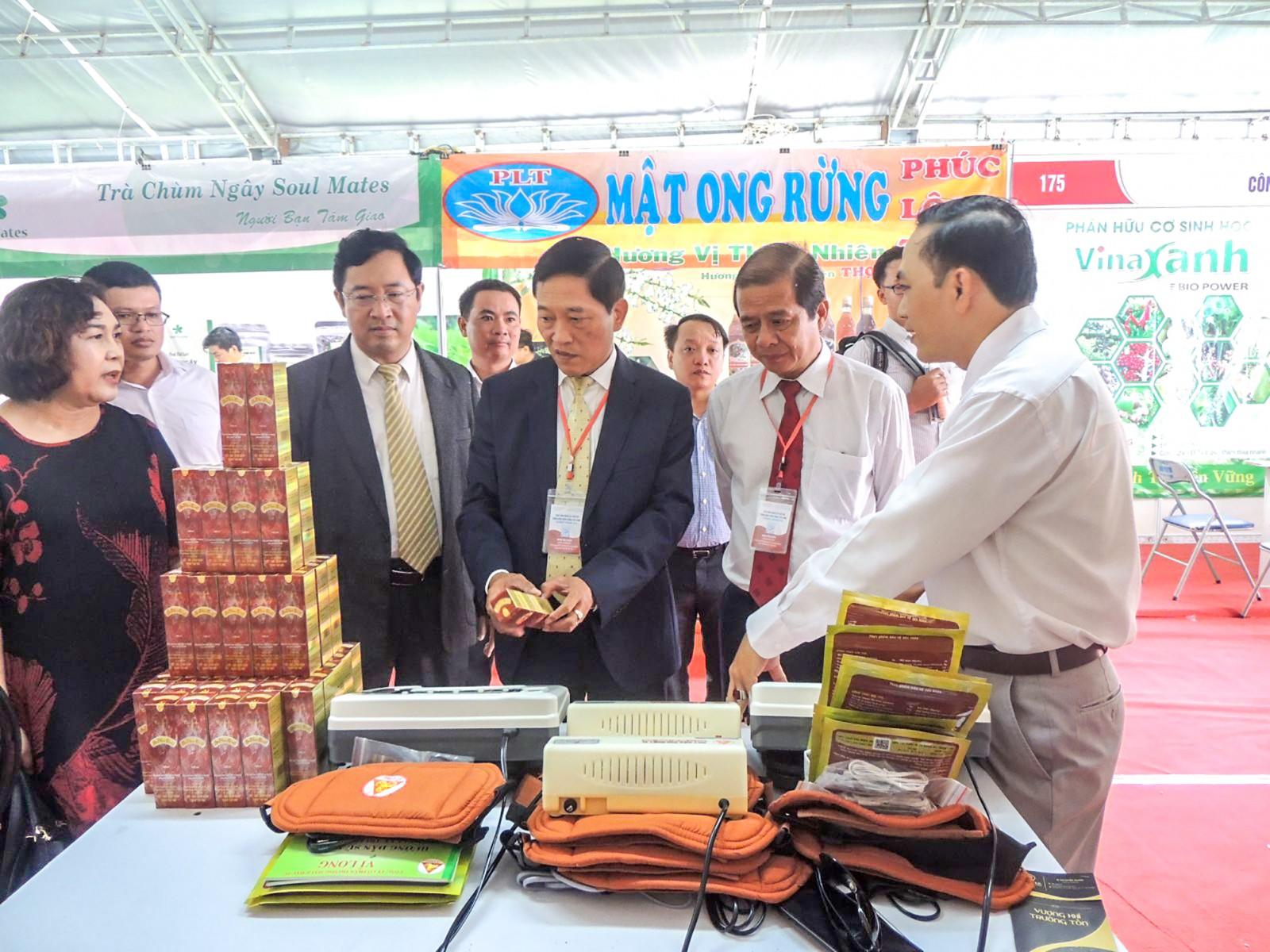 Thứ trưởng Bộ Khoa học và Công nghệ Trần Văn Tùng (thứ ba từ phải sang) tham quan các gian hàng trưng bày tại Chợ Công nghệ - Thiết bị.