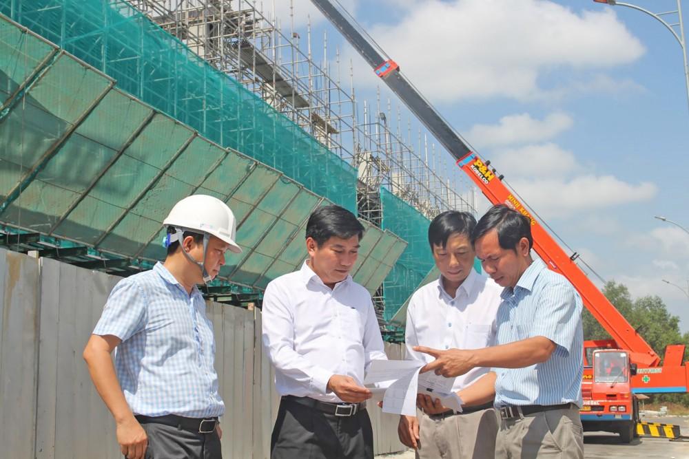 Lãnh đạo Sở Xây dựng TP Cần Thơ khảo sát tiến độ triển khai hạ tầng xã hội tại các dự án của Công ty Cổ phần đầu tư Nam Long - Chi nhánh Cần Thơ.