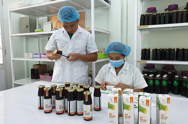 Anh Ngãi đang kiểm tra khâu hoàn thiện sản phẩm mật hoa dừa để đưa ra thị trường.