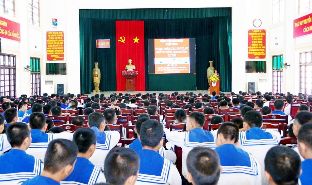 Truyền thông về động vật biển gây hại cho người tại Lữ đoàn 146, Vùng 4 Hải quân. Ảnh: Nguyễn Ninh