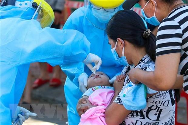 Các bé sơ sinh cũng đều phải thực hiện lấy mẫu xét nghiệm. (Ảnh: Trần Lê Lâm/TTXVN)