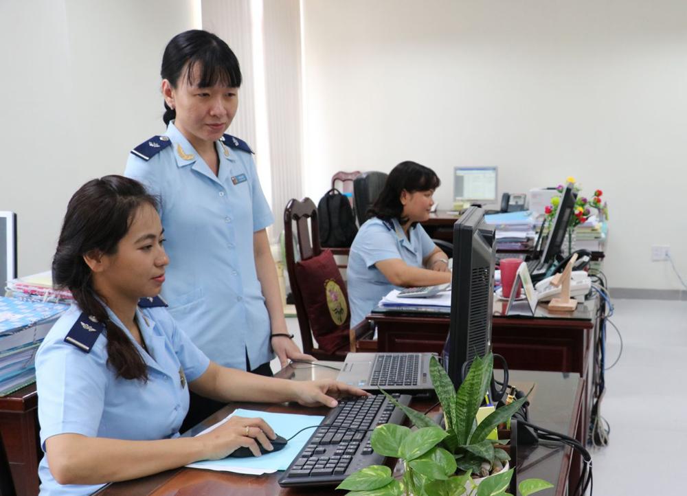 Cán bộ, công chức Cục Hải quan TP Cần Thơ thực hiện nhiệm vụ trên môi trường mạng.
