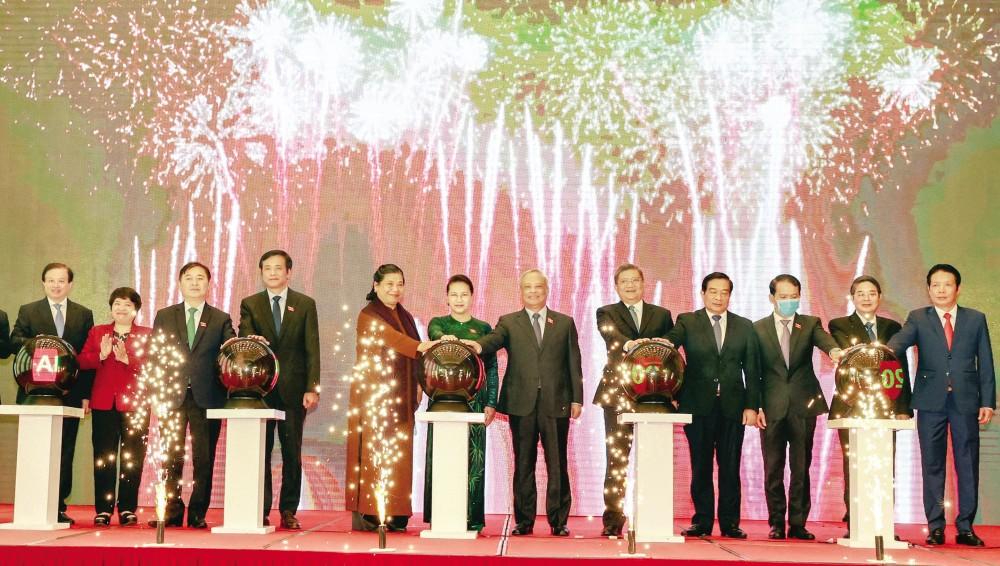 Chủ tịch Quốc hội Nguyễn Thị Kim Ngân và các đại biểu ấn nút công bố Trang thông tin điện tử, ứng dụng di động và bộ nhận diện của AIPA 2020. Ảnh: TRỌNG ĐỨC - TTXVN