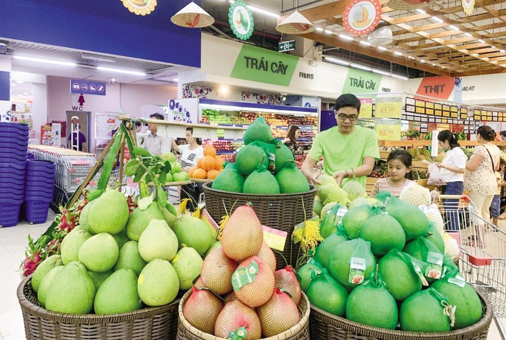 EVFTA tạo ra môi trường cạnh tranh bình đẳng, lành mạnh cho hàng hóa của cả hai bên. Do đó, doanh nghiệp trong nước phải tự nâng ao chất lượng hàng hóa, đổi mới mô hình quản trị để tăng sức cạnh tranh. Trong ảnh: Khách hàng mua nông sản Việt tại siêu thị Co.opmart Cần Thơ.