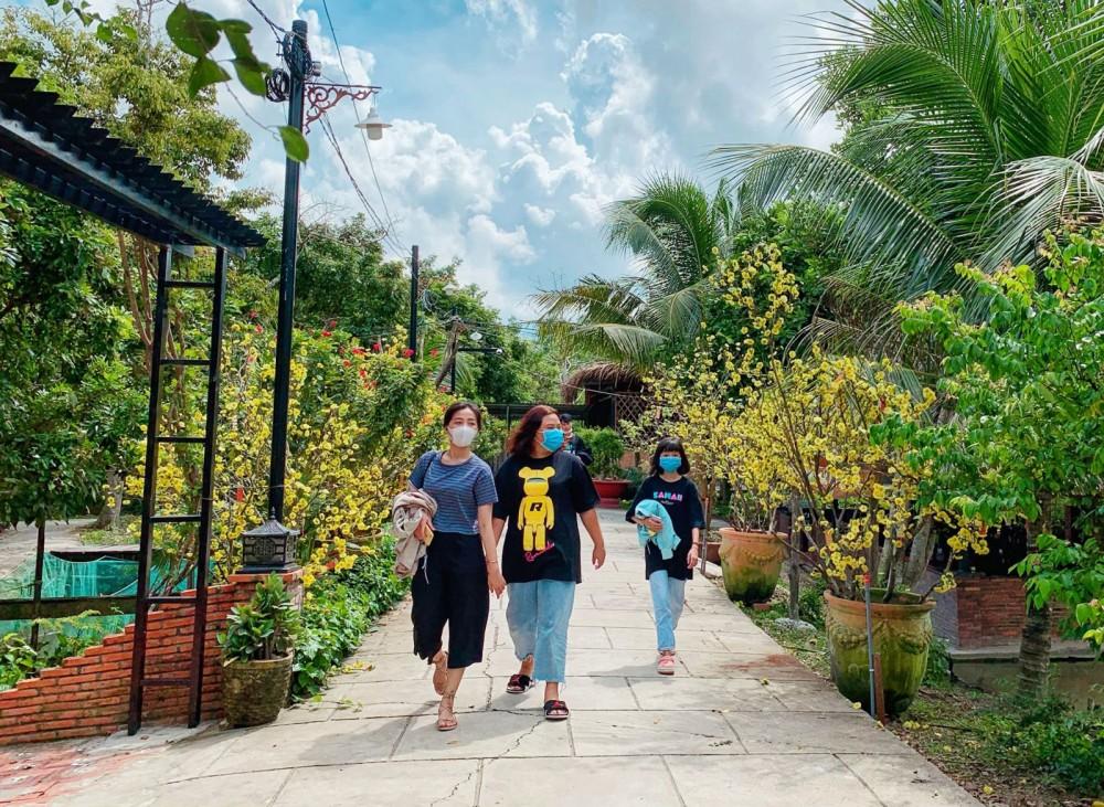 Du khách chủ động đeo khẩu trang y tế khi đến tham quan Khu du lịch Lữ gia Xẻo Nhum.