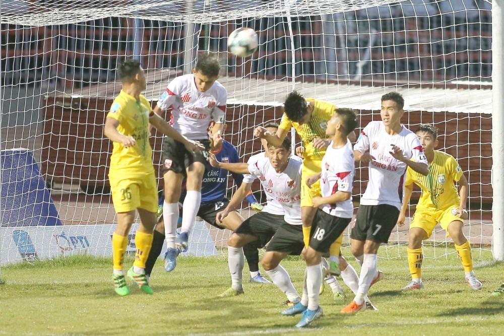 Trận đấu giữa đội XSKT Cần Thơ với Long An ở vòng 9 giải hạng Nhất, trước khi tạm dừng do dịch COVID-19.