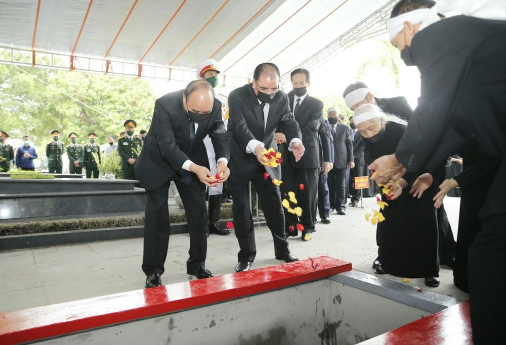 Thủ tướng Nguyễn Xuân Phúc và các đồng chí lãnh đạo Đảng, Nhà nước thực hiện nghi thức thả hoa xuống nơi an táng nguyên Tổng Bí thư Lê Khả Phiêu. Ảnh: Doãn Tấn - TTXVN