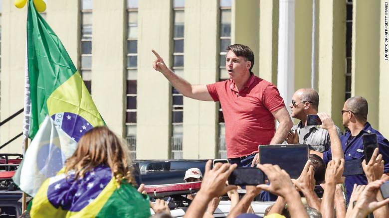 Tổng thống Brazil Bolsonaro trong một lần xuống đường phản đối cách ly xã hội. Ảnh: CNN