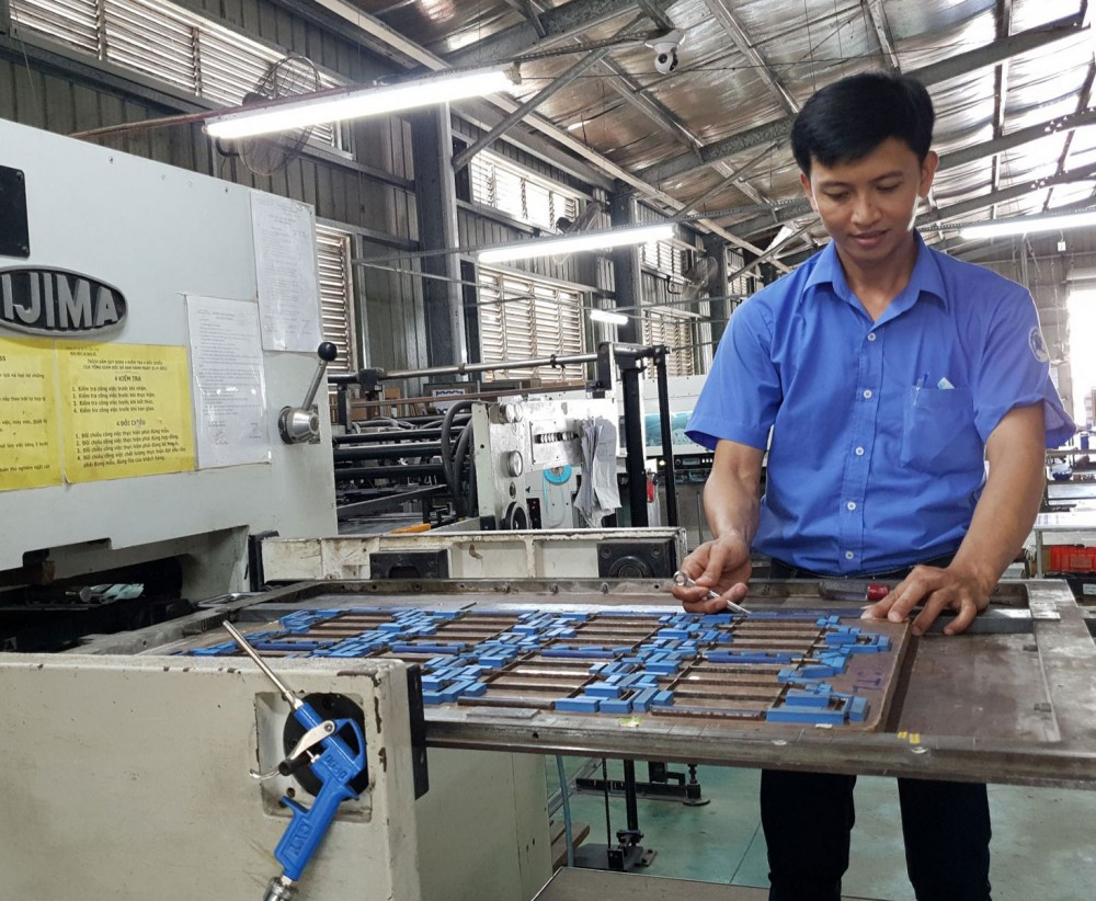 Anh Nguyễn Thanh Tân, công nhân Công ty Cổ phần In tổng hợp Cần Thơ luôn tìm tòi, nghiên cứu nâng cao hiệu quả các công đoạn sản xuất.