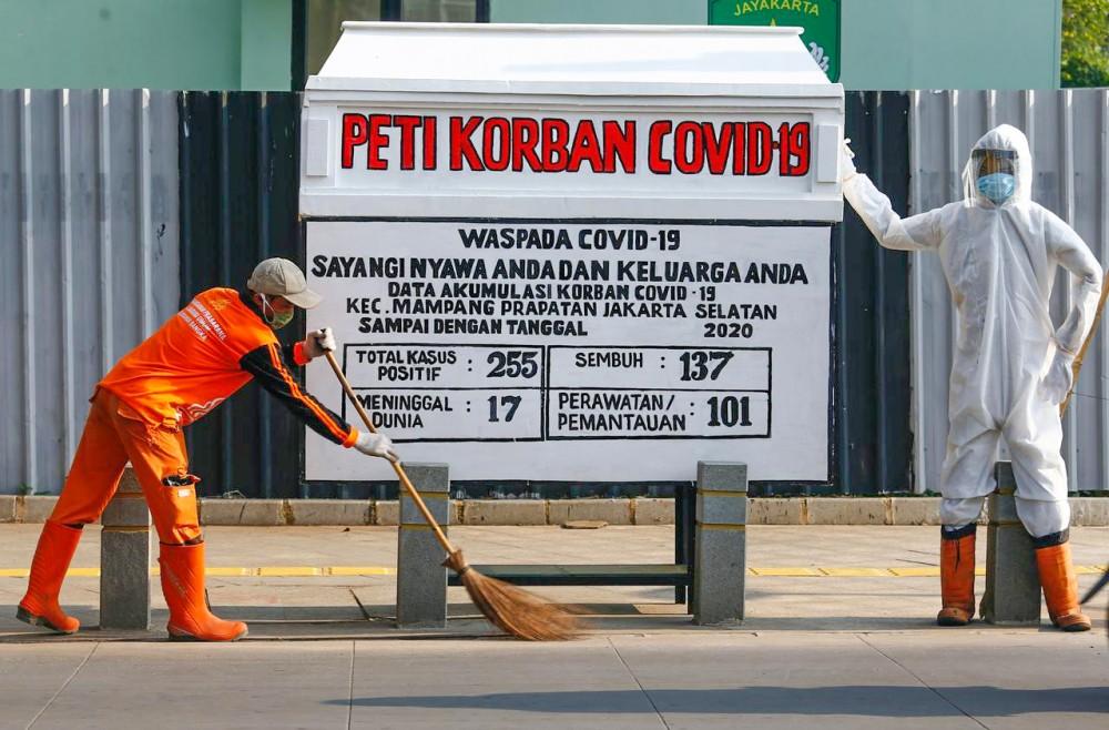 Indonesia dùng quan tài giả để cảnh báo người dân về COVID-19. Ảnh: Reuters