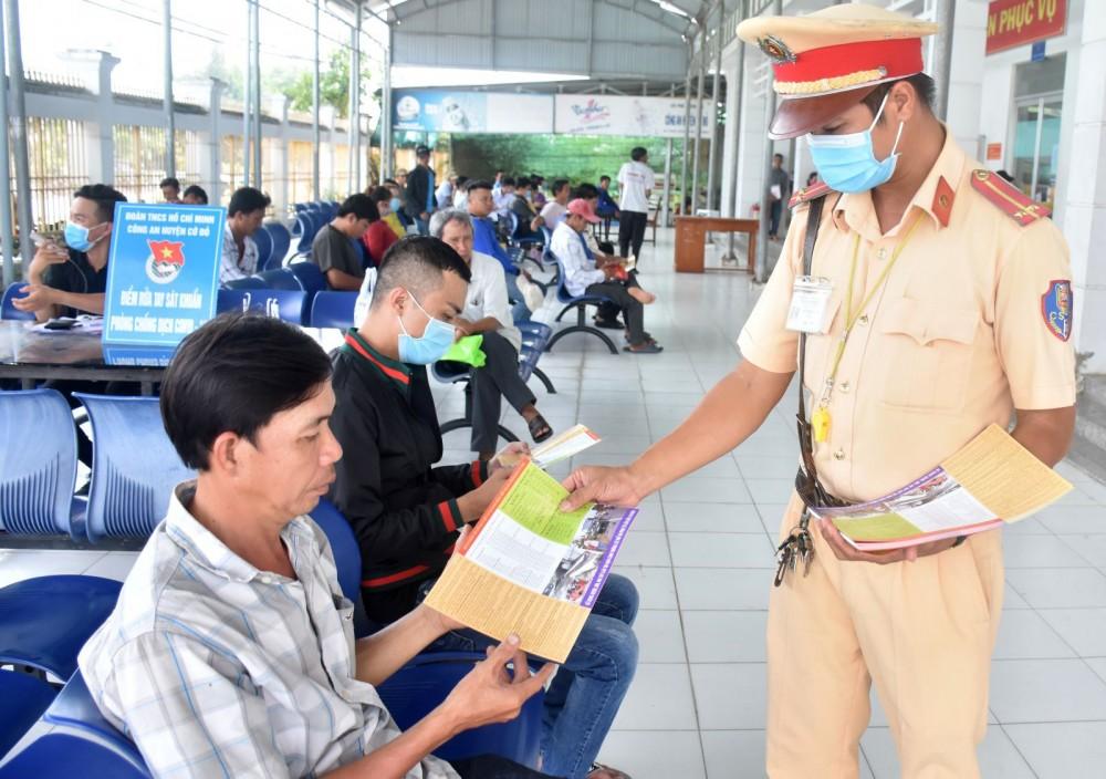 Lực lượng Đội CSGT-TT Công an quận Thốt Nốt phát tờ rơi tuyên truyền, phổ biến pháp luật về trật tự ATGT tại nơi tiếp công dân của Đội.