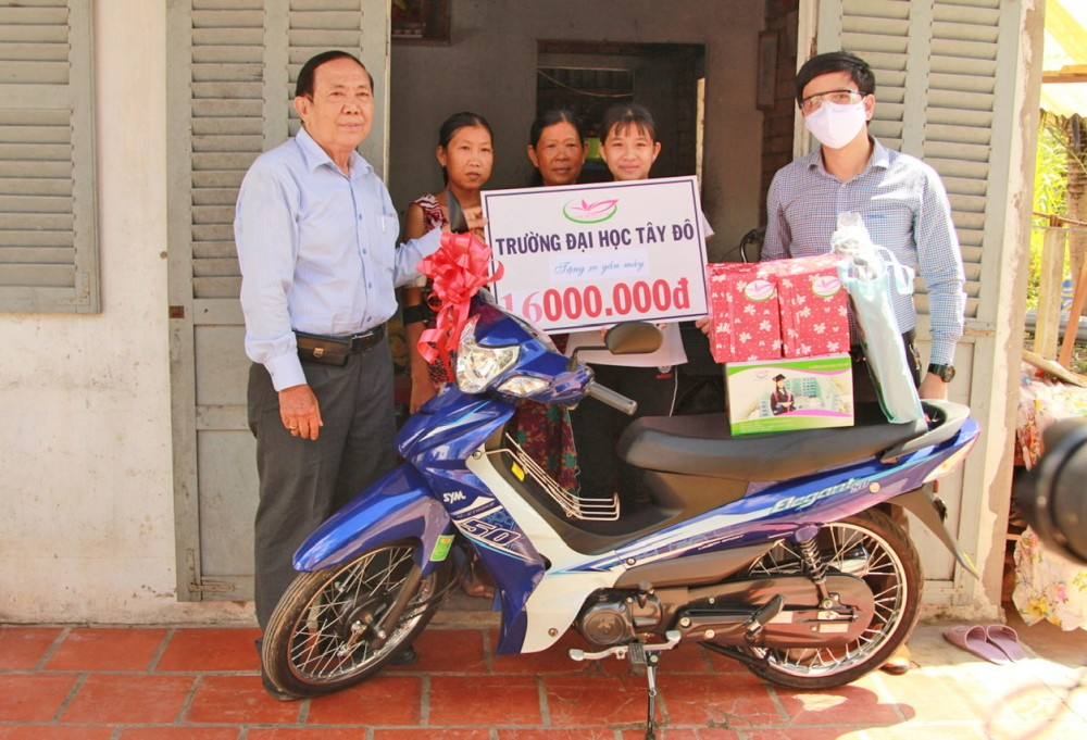 Trường Đại học Tây Đô  tặng xe gắn máy cho gia đình học sinh nghèo vượt khó