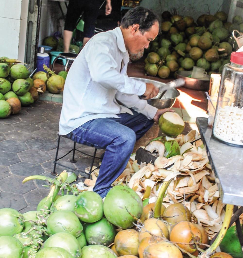 Bán dừa tươi tại một cửa hàng kinh doanh dừa ở quận Ninh Kiều, TP Cần Thơ.