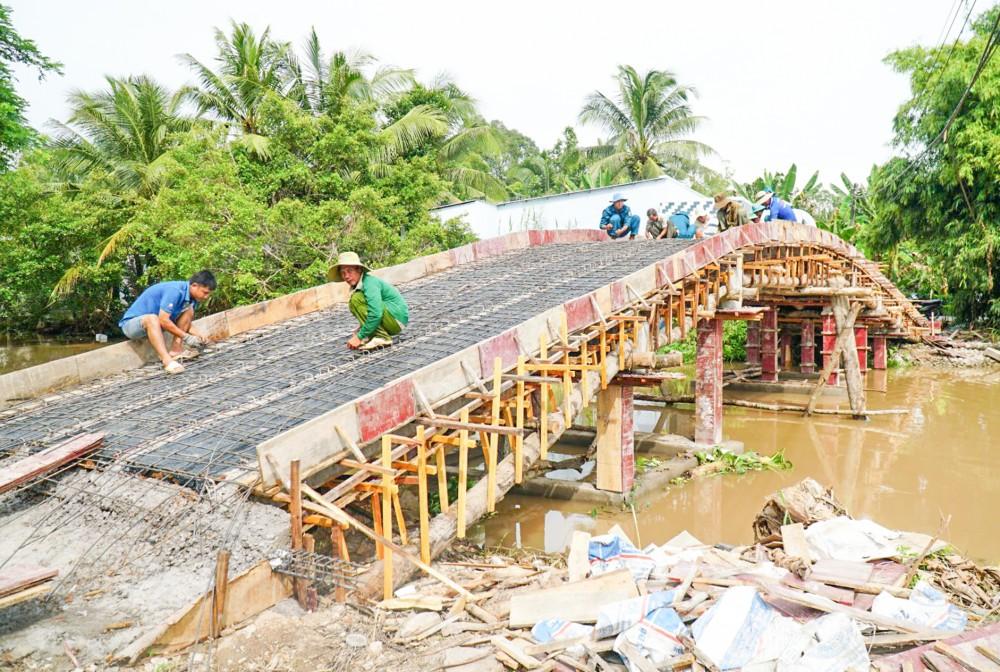 Cầu Rạch Dầu ở ấp Định Phước đang hoàn thiện những công đoạn cuối, dự kiến khánh thành vào dịp Quốc khánh 2-9.