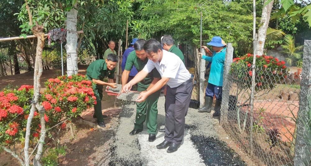 Lãnh đạo phường Tân Lộc, quận Thốt Nốt tham gia rải đá bụi mặt đường giao thông trên địa bàn phường.