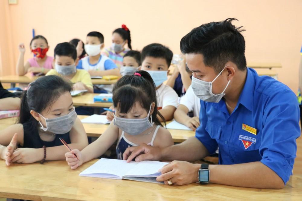 Cán bộ Đoàn Trường Trung cấp Hồng Hà TP Cần Thơ hỗ trợ dạy kèm cho học sinh trong dịp hè.