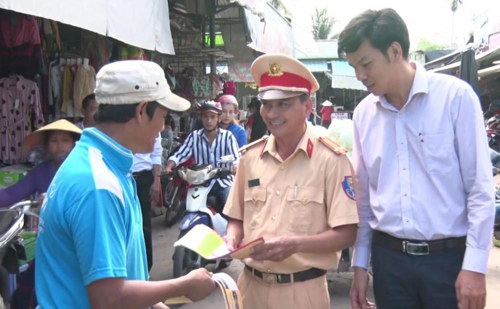 Lực lượng Công an quận Ô Môn tuyên truyền các quy định về trật tự, an toàn giao thông đến người dân.