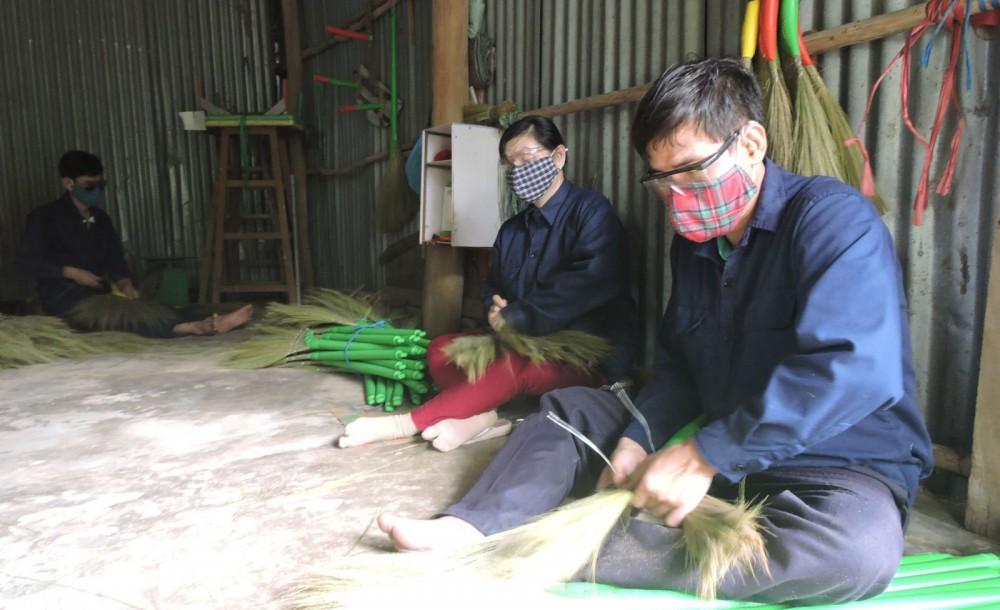 Vợ chồng anh Suôn bó chổi tại cơ sở bó chổi của Hội Người mù TP Cần Thơ.