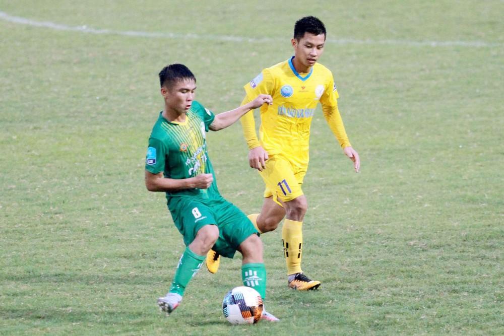 Văn Văn (bên trái) trong trận gặp Khánh Hòa ở giải hạng Nhất quốc gia 2020.