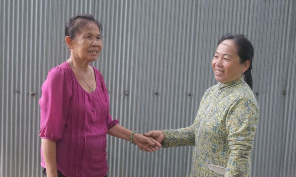 Bà Ngô Thị Diễm, Bí thư Chi bộ, Trưởng khu vực Hòa Long A (phải) đang tuyên truyền, vận động người dân tham gia BHYT.