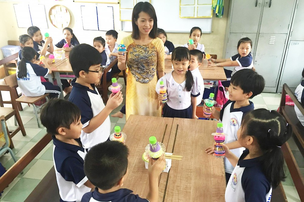 """Cô Nguyễn Hoàng Minh Trang, giáo viên Trường Tiểu học Bình Thủy, hướng dẫn học sinh sử dụng """"nhạc cụ gõ"""". Ảnh: Nhân vật cung cấp."""