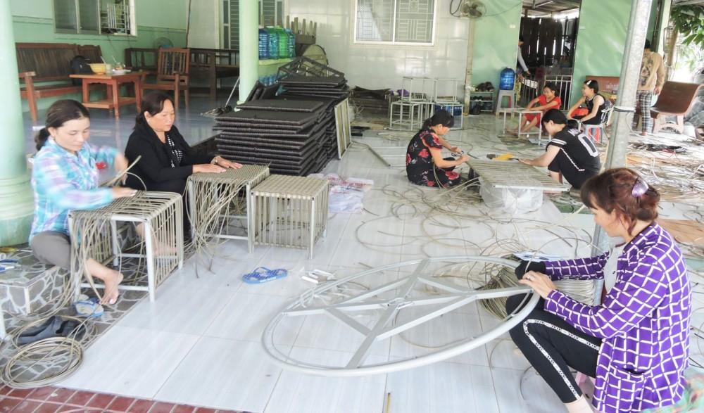 Lao động gia công sản phẩm đan dây nhựa tại Tổ hợp tác đan dây nhựa ấp 3, xã Thới Hưng.
