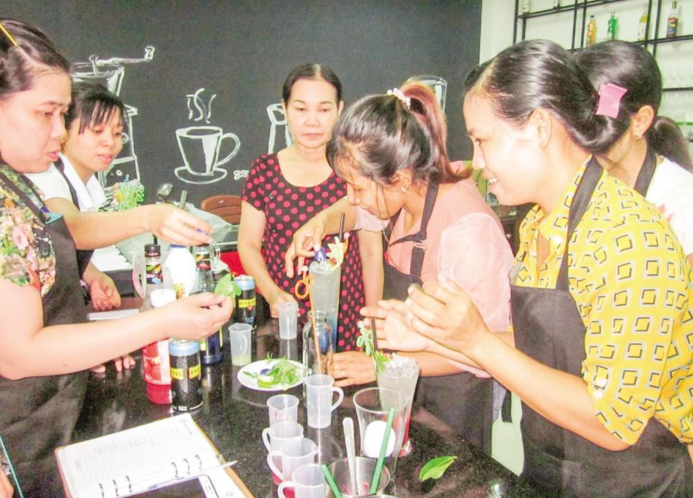 Giờ thực hành của học viên lớp kỹ thuật pha chế thức uống cơ bản tại Trung tâm DVVL thành phố.