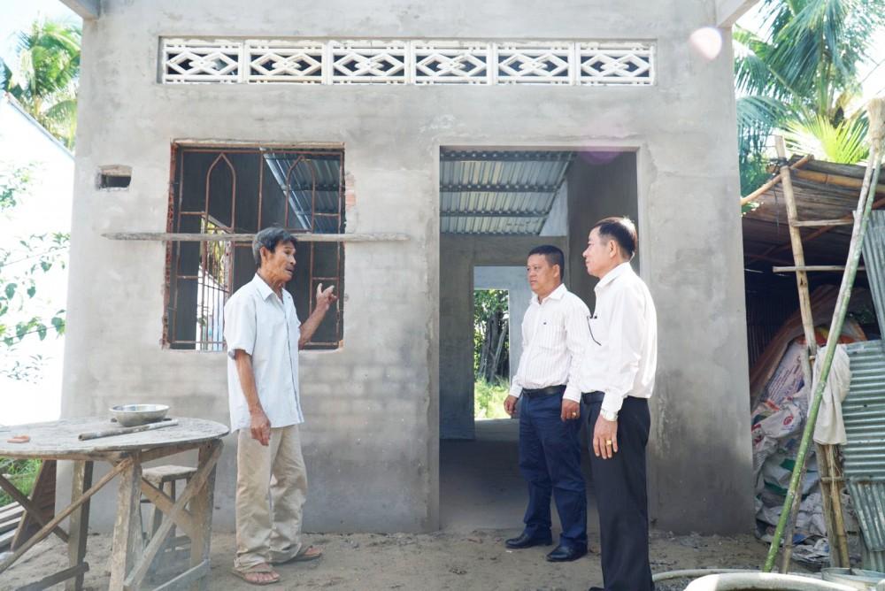 Ông Nguyễn Văn Cường, hộ nghèo ở ấp Trường Khương B, được hỗ trợ 40 triệu đồng xây nhà Đại đoàn kết.