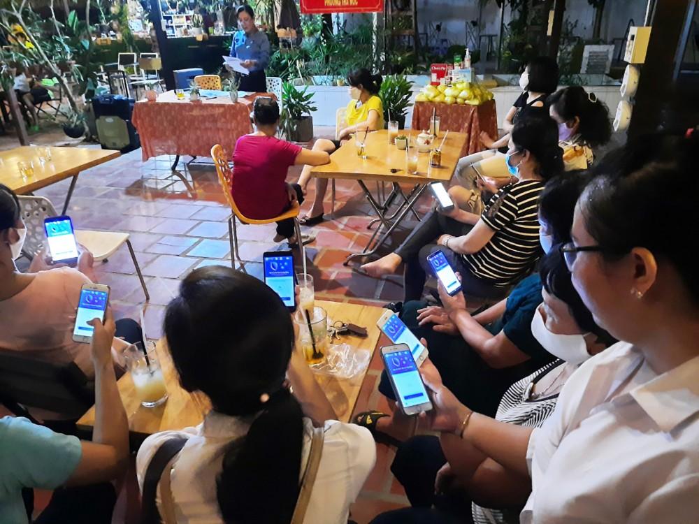 CLB Nữ công nhân nhà trọ phường Trà Nóc tổ chức sinh hoạt gắn với các chủ đề tuyên truyền phòng, chống dịch COVID-19. Ảnh: CTV