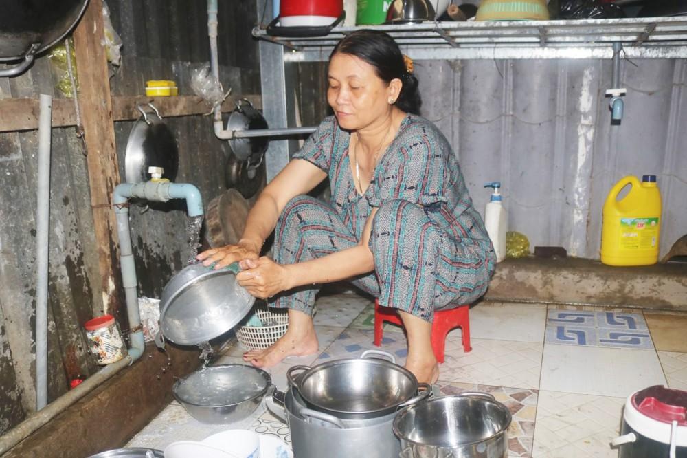 Sử dụng nước sạch tại hộ bà Nguyễn Thị Bích Lệ, ngụ ấp 3, xã Thới Hưng, huyện Cờ Đỏ.