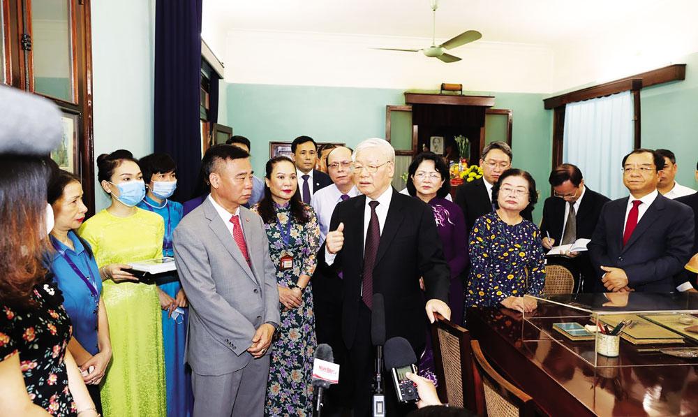 Tổng Bí thư, Chủ tịch nước Nguyễn Phú Trọng thăm nơi ở và làm việc của Chủ tịch Hồ Chí Minh. Ảnh: Trí Dũng - TTXVN