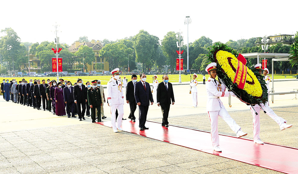 Lãnh đạo Đảng, Nhà nước vào Lăng viếng Chủ tịch Hồ Chí Minh. Ảnh: DOÃN TẤN -TTXVN