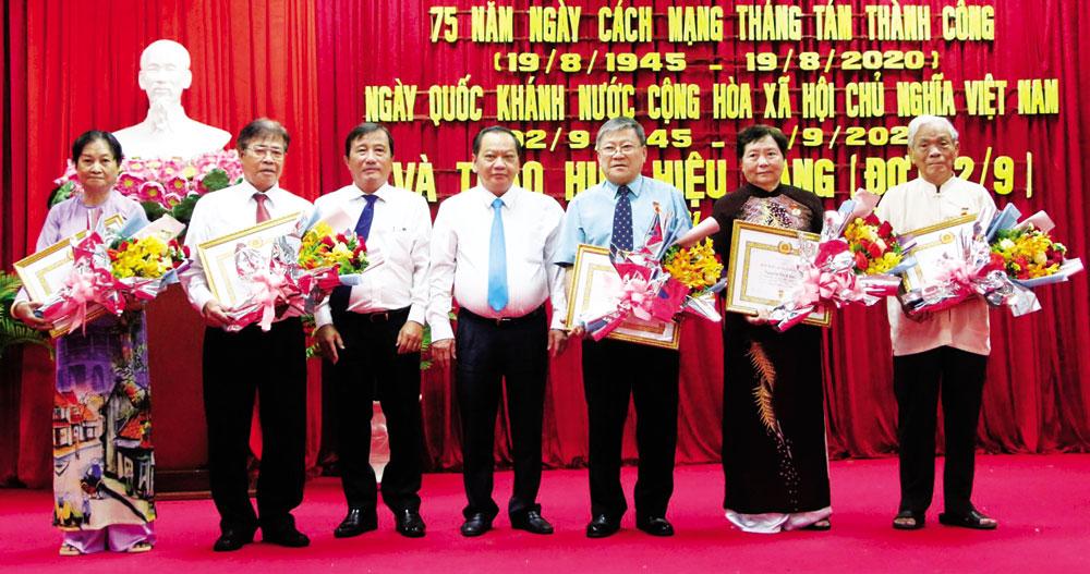 Đồng chí Trần Quốc Trung (thứ 4 bên trái sang), Ủy viên Trung ương Đảng, Bí thư Thành ủy Cần Thơ và đồng chí Nguyễn Tiền Phong (thứ 3 bên trái sang), Bí thư Quận ủy Ninh Kiều, trao Huy hiệu Đảng cho các đảng viên. Ảnh: NGỌC QUYÊN