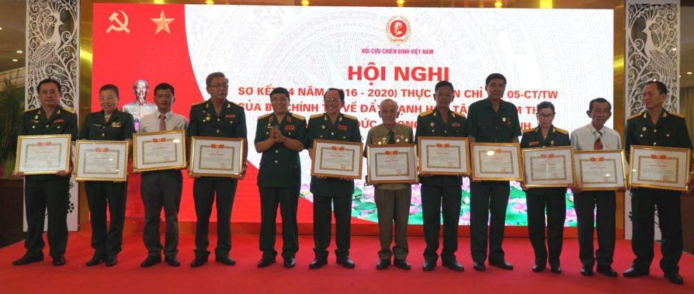 Trung tướng Nguyễn Song Phi, Phó Chủ tịch Hội CCB Việt Nam, trao Bằng khen của Trung ương Hội CCB Việt Nam cho các cá nhân đạt thành tích xuất sắc trong thực hiện Chỉ thị số 05 giai đoạn 2016-2020. Ảnh: PHẠM TRUNG