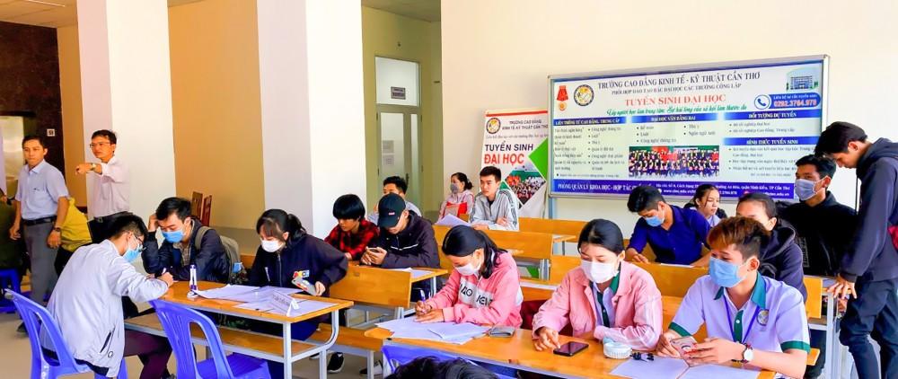 Thí sinh làm thủ tục xác nhận nhập học vào Trường CĐ Kinh tế - Kỹ thuật Cần Thơ ngày 3-9.