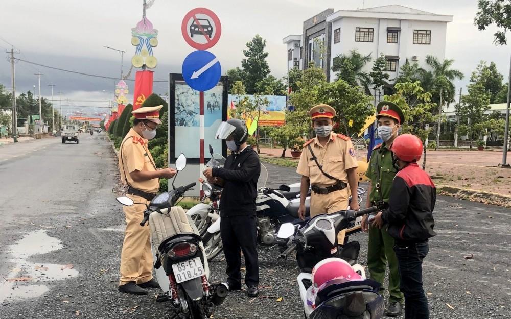 CSGT-TT Công an huyện Vĩnh Thạnh kiểm tra hành chính đối với người điều khiển xe trên đường tỉnh 919.