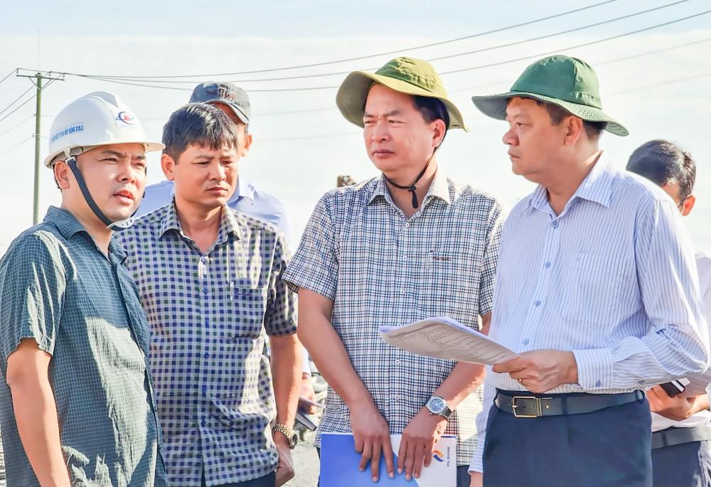 Phó Chủ tịch UBND TP Cần Thơ Dương Tấn Hiển (bìa phải) kiểm tra công trình đường tỉnh 922.
