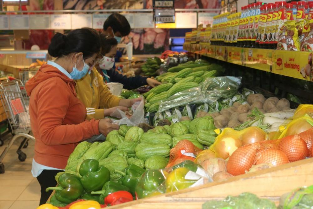Mua bán các loại rau củ quả tại siêu thị Co.op Mart Cần Thơ.