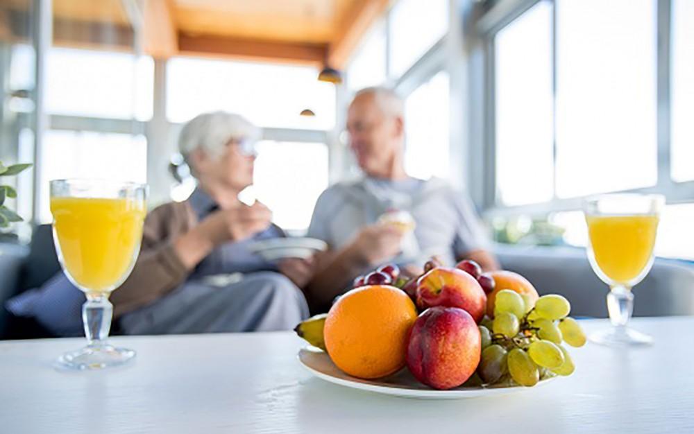 Chế độ ăn giàu vitamin C tốt cho hệ cơ xương của người lớn tuổi. Ảnh: Home Care Assistant