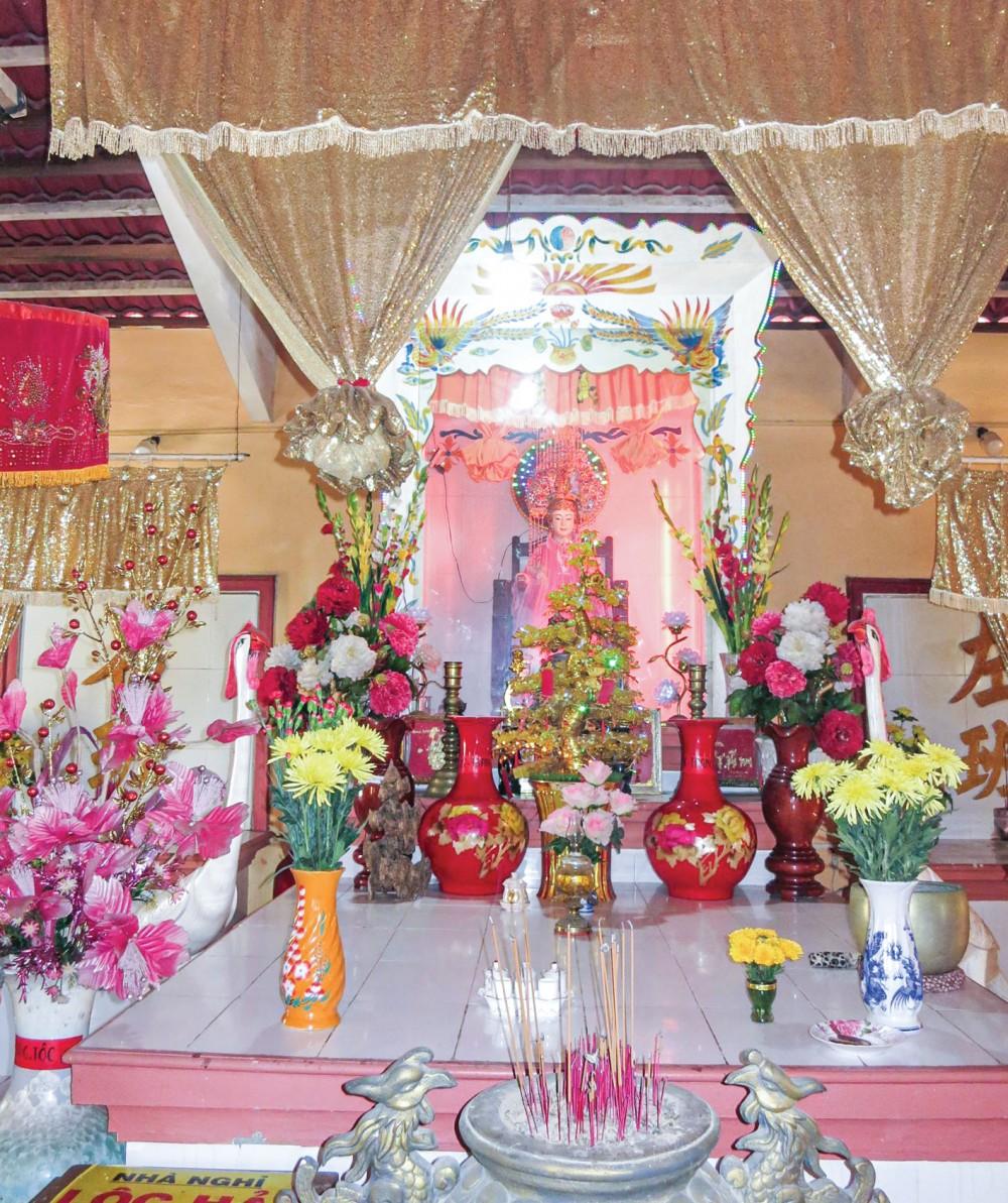 Gian chính điện thờ Bà Cố Chủ ở hòn Sơn.