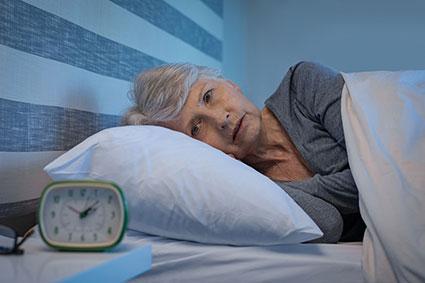 Ngủ không ngon giấc có thể làm tăng nguy cơ mắc bệnh Alzheimer. Ảnh: iStock