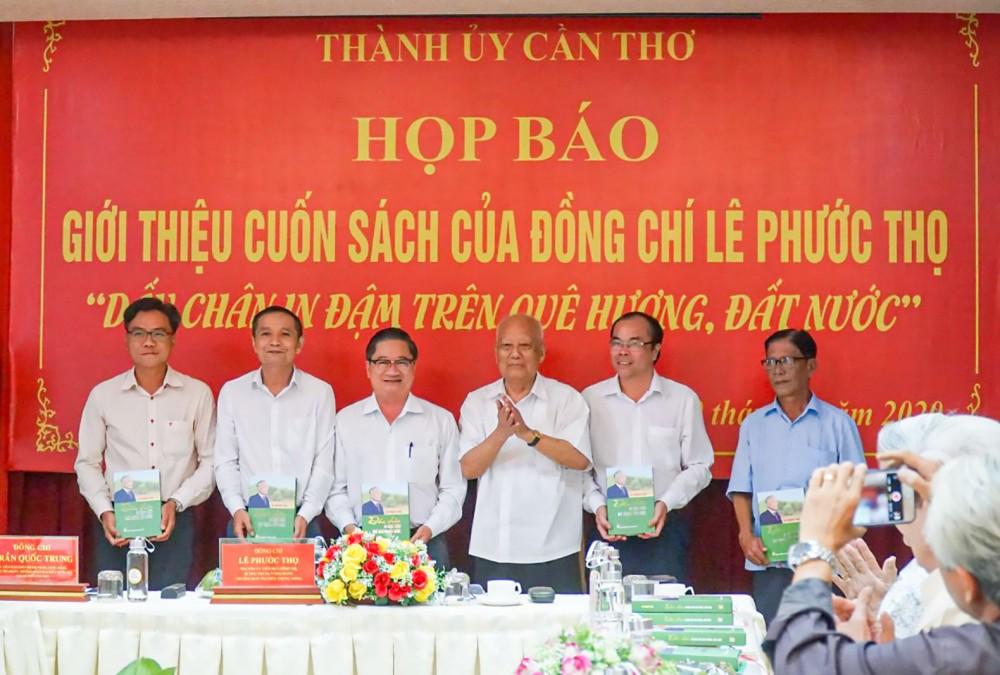 Đồng chí Lê Phước Thọ tặng sách cho đại diện lãnh đạo Ban Tuyên giáo một số tỉnh/thành ủy khu vực ĐBSCL. Ảnh: DUY KHÔI