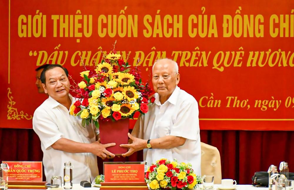 Đồng chí Trần Quốc Trung, Bí thư Thành ủy Cần Thơ, tặng hoa chúc mừng đồng chí Lê Phước Thọ. Ảnh: DUY KHÔI