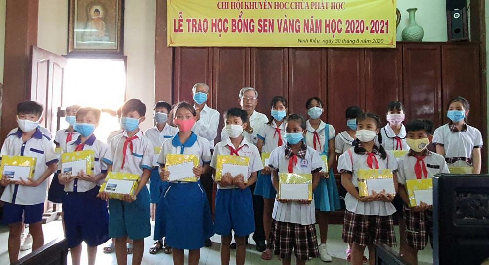 Học sinh vượt khó, học giỏi trên địa bàn thành phố vui mừng nhận học bổng Sen Vàng.