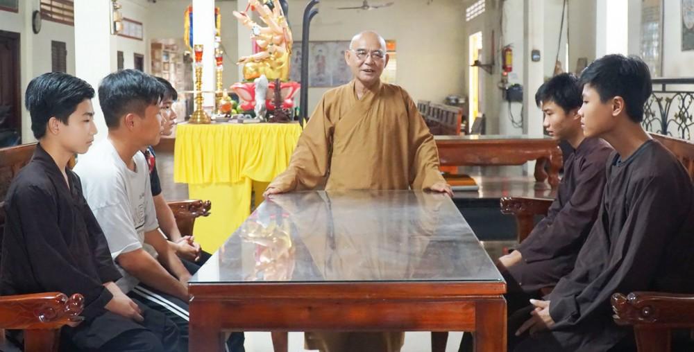 Thượng tọa Thích Thiện Thông thường xuyên dạy bảo, khuyên răn các học sinh, sinh viên đang tá túc tại chùa để đi học. Ảnh: DUY KHÔI