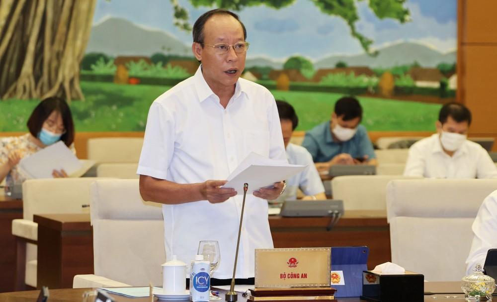 Thứ trưởng Bộ Công an Lê Quí Vương trình bày báo cáo về công tác phòng, chống tội phạm và vi phạm pháp luật. Ảnh: TRỌNG ĐỨC (TTXVN)