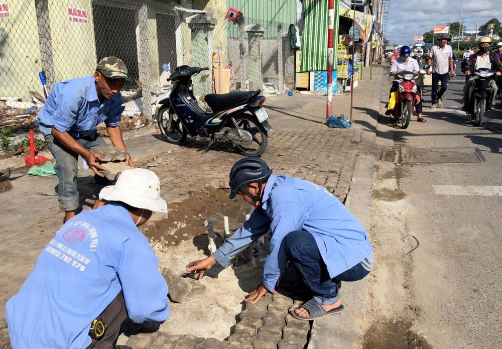 Công nhân Công ty Cổ phần Hưng Thịnh Phát thi công phần móng trụ đèn tại nút giao, phần trên đường Nguyễn Văn Linh.
